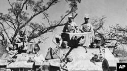 中国远征军和盟军驾驶美制M-3坦克行进在列多公路上.