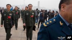 중국 최대의 정치행사인 양회가 시작된 3일 군 간부들이 베이징 인민대회당에 도착하고 있다.