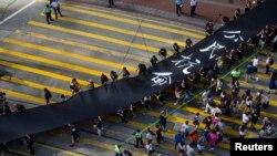 Demonstran gerakan Occupy Central berjalan membawa kain hitam sepanjang 500 meter di Hong Kong (14/9). (Reuters/Tyrone Siu)