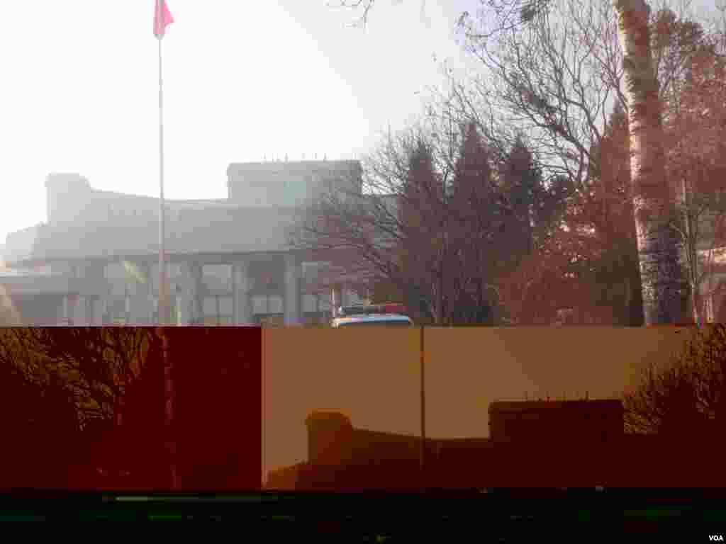 北京第一中级人民法院前的警车 ( 美国之音东方拍摄)