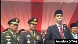 Presiden Jokowi didampingi Wapres, Kapolri, dan Panglima TNI memberi keterangan pers soal jatuhnya pesawat Hercules di Mako Brimob, Depok 1 Juli 2015 (Foto: VOA/Andylala)