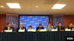 22일 미국 워싱턴의 한미경제연구소에서 열린 토론회에서 북한인권위원회의 그레그 스칼라튜 사무총장(왼쪽 4번째)이 북한 해외노동자 문제에 대해 발표하고 있다.