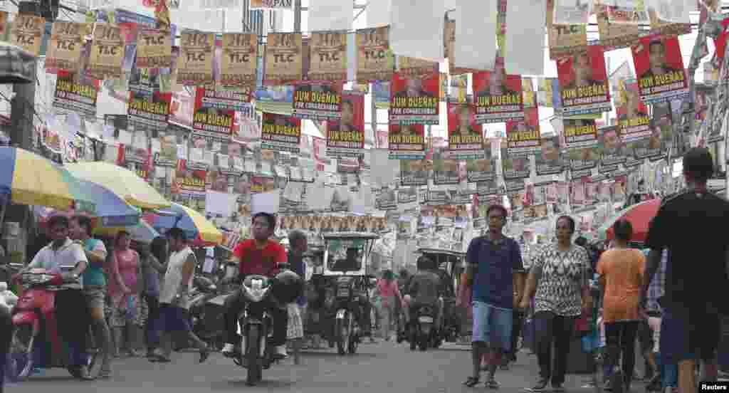 필리핀 총선이 치뤄진 13일 후보자들의 홍보 포스터가 걸려있는 마닐라 거리.