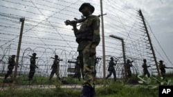 Border Security Force soldiers patrol the India-Pakistan border at Kanachak, about 15 kilometers (9 miles) west of Jammu, India. (file photo)
