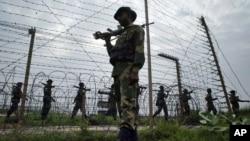 Các binh sĩ thuộc lực lượng an ninh biên giới tuần tra biên giới Ấn-Pakistan tại Kanachak, khoảng 15 km (9 dặm) về phía tây Jammu, Ấn Độ.