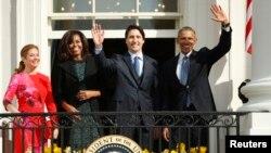 Tổng thống Mỹ Barack Obama, Thủ tướng Canada Justin Trudeau, và hai phu nhân vẫy chào từ ban công của Tòa Bạch Ốc, ngày 10/3/2016.