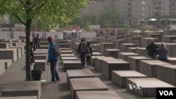 位於柏林紀念被納粹屠殺猶太人的紀念園簡潔肅穆。(視頻截圖)