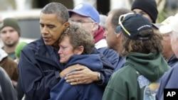 Барак Обама успокаивает Донну Ванзант, владелицу небольшой семейной верфи North Point Marina, полностью разрушенной ураганом «Сэнди». Бригантин, Нью-Джерси. 31 октября 2012 года