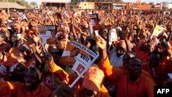 Wafuasi wa Rais Joyce banda anaepigania kiti chake wamshangiria katika kampeni yake ya mwisho katika kijiji cha Songani nje ya nmji wa Zomba, mji mkuu wa zamani wa Malawi, May 17, 2014.
