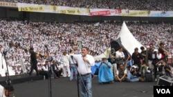 Presiden PKS Anis Matta melakukan orasi politik di Stadion Gelora Bung Karno Jakarta pada kampanye terbuka PKS (16/3). (VOA/Andylala Waluyo)