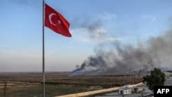 Dans cette ville turque, à un jet de pierre de Tal Abyad, les rues sont désertes et seule une poignée d'habitants brave le danger pour observer une épaisse fumée noire qui monte depuis la frontière.
