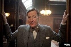 Geoffrey Rush tampil memukau sebagai Lionel Louge, ahli terapi wicara yang juga menjadi teman baik Raja George VI.