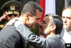 Le président Bashar el-Assad (à g.) accueilli par son homologue iranien Mahmoud Ahmadinejad, en octobre 2010