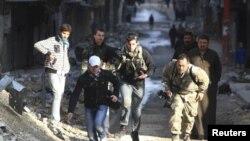 برخی خبرنگاران حاضر در شهر حلب سوریه در تلاش برای پناه گرفتن در محلی امن - آرشیو