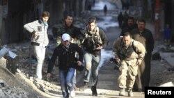 دو روزنامه نگار ژاپنی و کانادایی در حلب ترکیه، از خطر می گریزند. عکس، آرشیو