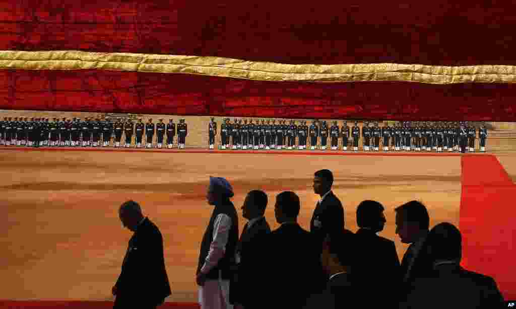 Indian President Pranab Mukherjee, left, Prime Minister Manmohan Singh, second from left, along with officials get ready to receive Bahrain King Hamad bin Isa Al Khalifa at the presidential palace in New Delhi, India.