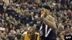 С мячом Коби Брайант из Los Angeles Lakers. Сакраменто, Калифорния. 26 декабря 2011 г.