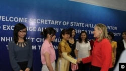 Ngoại trưởng Hoa Kỳ Hillary Clinton đã tuyên dương chị Ðỗ Minh Thùy (người mặc áo dài màu vàng), trong một cuộc họp mặt nhân kỷ niệm 20 năm chương trình Fulbright Việt Nam.