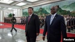 2018年8月31日,在北京人民大会堂举行的欢迎仪式上,中国国家主席习近平和博茨瓦纳总统莫克维斯基·马西西检阅中国人民解放军仪仗队。