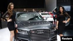 在今年底特律国际车展中的奥迪S8 2014款