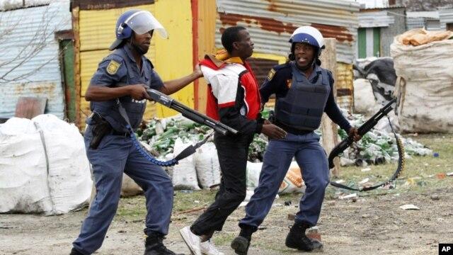 Homem detido pela polícia durante os protestos de trabalhadores da mina de Marikana (Arquivo)