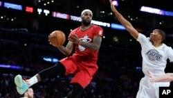 Pemain klub Miami Heat, LeBron James (kiri) terpilih sebagai atlet putera terbaik 2013 versi kantor berita AP (foto: dok).