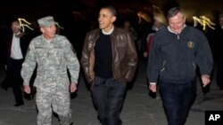 奥巴马2010年12月和彼得雷乌斯(左)在阿富汗。彼得雷乌斯将担任中情局长