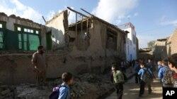 Una casa dañada en Kabul, tras el poderoso terremoto del lunes 26 de octubre, que se sintió en todo el Sur de Asia.