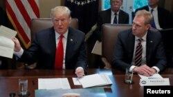 Presiden AS Donald Trump dan Pejabat Sementara Menteri Pertahanan AS, Patrick Shanahan(kanan) dalam rapat kabinet di Gedung Putih, Rabu (2/1).
