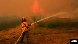 Nhân viên cứu hỏa từ khắp nơi ở Texas chiến đấu với đám cháy rừng trên đường cao tốc 71 gần Smithville ngày 5/9/2011