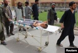 فضائی حملے میں زخمی ہونے والے ایک بچے کو اسپتال لے جایا جا رہا ہے
