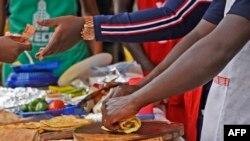 Une personne fait un rolex lors du festival Kampala Rolex à Kampala, le 19 août 2018.