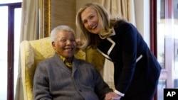 Ngoại trưởng Mỹ Hillary Rodham Clinton gặp cựu Tổng thống Nam Phi Nelson Mandela tại tư gia của ông ở Qunu, ngày 6/8/2012