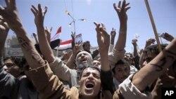 Waandamanaji wanaoipinga serikali wakimtaka Rais Ali Abdullah Saleh, aachie madaraka.