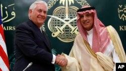 El secretario de Estado, Rex Tillerson, y el ministro de Relaciones Exteriores saudí, Adel Ahmed Al-Jubeir, terminan con un saludo la conferencia de prensa conjunta del domingo en Riad.