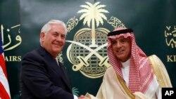 Menlu AS Rex Tillerson (kiri) berjabat tangan dengan Menlu Arab Saudi Adel Ahmed Al-Jubeir usai pertemuan di Riyadh, Arab Saudi, 22 Oktober 2017.