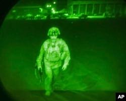نائٹ وژن کمیرے سے لی گئی اس تصویر میں کابل ایئرپورٹ سے پیر کی نصف شب آخری امریکی فوجی دستے کے کمانڈر سی 17 ٹرانسپورٹ طیارے میں سوار ہونے کے لیے آ رہے ہیں۔ 30 اگست 2021