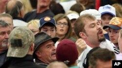Un manifestante que interrumpió una manifestación del candidato republicano a la presidencia Donald Trump fue retirado de la arena, el 1 de marzo de 2016, en Louisville, Kentucky.
