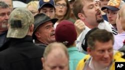 2016年3月1日,在美国肯塔基州路易斯维尔的川普竞选造势大会上,一名打断会议的抗议者被赶走了