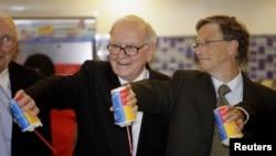 2010年富豪比尔•盖茨和沃伦•巴菲特访问北京一家新的奶制品商店时合影。