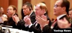 로버트 킹 미국 국무부 북한인권특사가 13일 서울 소공동 롯데호텔에서 열린 제6회 샤이오 인권포럼 개회식에서 박수치고 있다.
