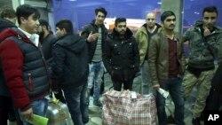 Para pencari suaka Afghanistan yang dideportasi dari Jerman tiba di bandara Kabul, Afghanistan (foto: dok). Amnesty International mengatakan deportasi pencari suaka ini jelas-jelas melanggar undang-undang internasional.