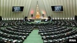 نمایندگان مجلس روز یکشنبه ۲۶ اردیبهشت با ۱۸۱ رای موافق، ۶ رای مخالف و ۸ ممتنع این دو فوریت این طرح را تصویب کردند.