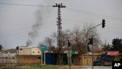 Khói bốc lên từ một đám cháy ở thị trấn Nusaybin của Thổ Nhĩ Kỳ, gần biên giới Syria, nơi mà lực lượng an ninh của Thổ Nhĩ Kỳ đang chiến đấu với những chiến binh YPG, ngày 14 tháng 2, 2016.