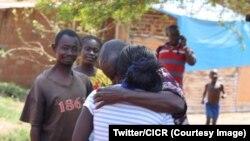 Retrouvailles entre un père et sa fille de 13 ans, réfugiés centrafricains au Tchad, où la fille a eu un bébé, 2014. (Twitter/CICR)