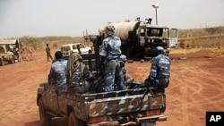 Lực lượng vũ trang Sudan đi xe một chiếc xe quân sự qua thị trấn biên giới giàu dầu mỏ của Heglig, ngày 24/4/2012
