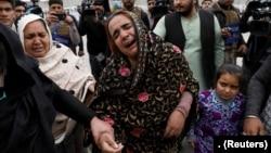 Une femme sikh afghane pleure ses proches près du site d'une attaque à Kaboul, en Afghanistan, le 25 mars 2020.