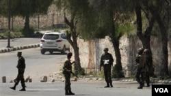 Tentara Suriah melakukan patroli di Daraa, salah satu wilayah yang bergolak (foto: dok).