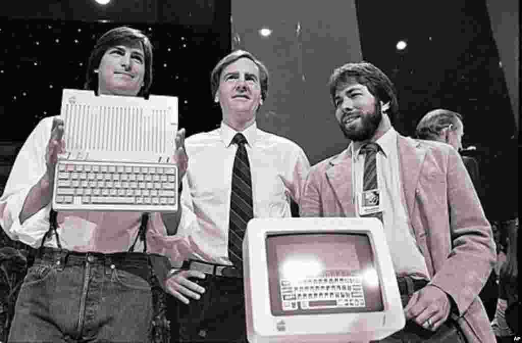 1984年4月4日:乔布斯(左)、苹果电脑公司总裁兼首席执行官史考利(中)和沃兹尼亚克在旧金山展示新的苹果2型电脑。 (AP)