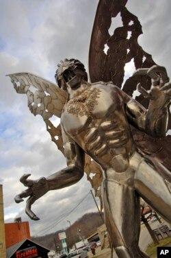 Velika skulptura Motmena na glavnoj ulici u Point Plezantu.